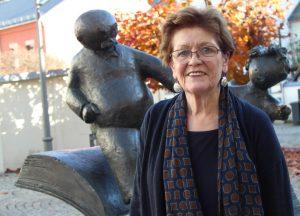Barbara Henniger vor der Vater-und-Sohn-Plastik am Erich-Ohser-Haus in Plauen. Foto: Brand-Aktuell