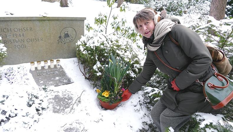 Dr. Elke Schulze am Grab von Erich Ohser alias e.o.plauen