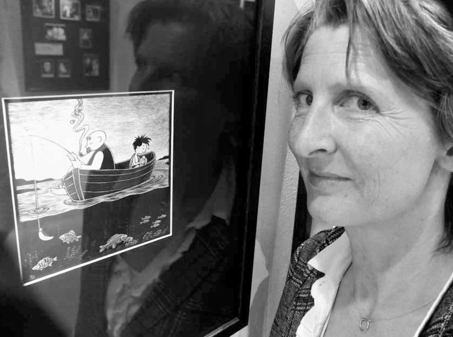 Dr. Elke Schulze vor der »Vater und Sohn« aus Paargespräche / von Line Hoven